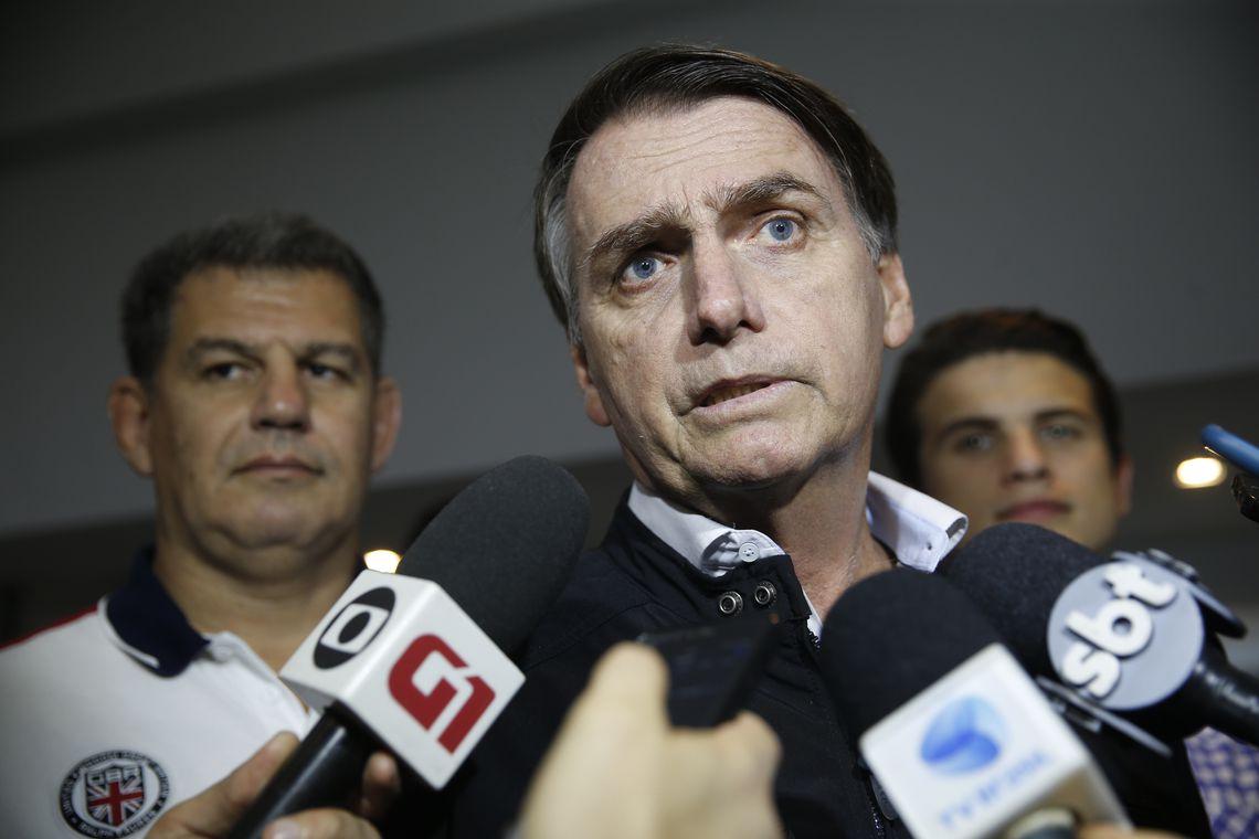 O candidato Jair Bolsonaro  (PSL) fala à imprensa após gravação de campanha, no bairro Jardim Botânico. Foto: Fernando Frazão/Agência Brasil