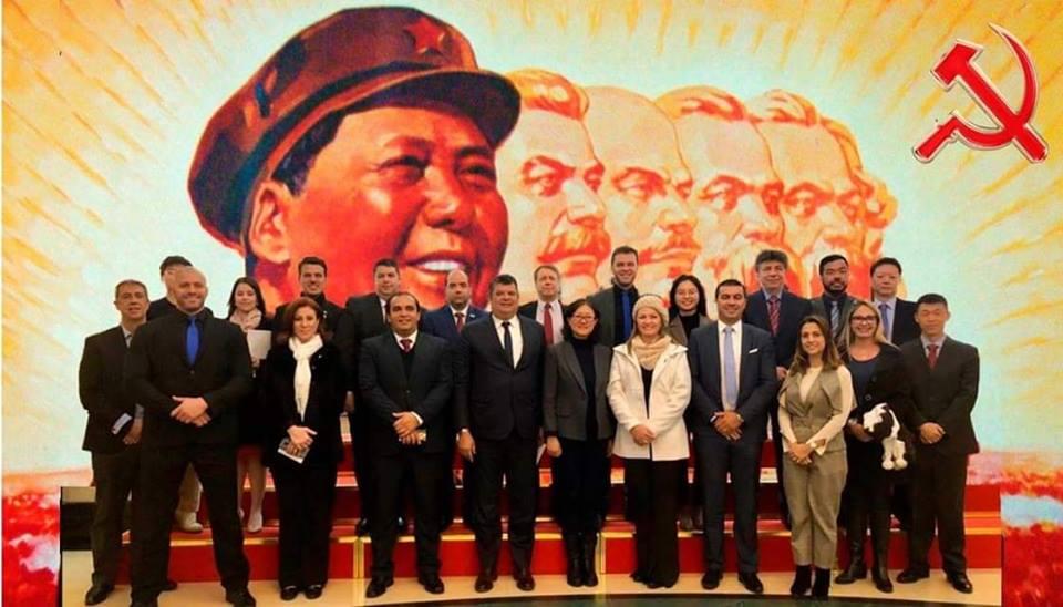 Fotomontagem feita na internet, onde foi inserido o fundo do Partido Comunista da China, financiador da viagem dos parlamentares.