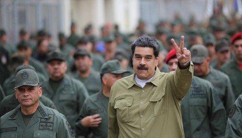 """O ditador fazendo um sinal de """"paz e amor"""" para o mundo."""