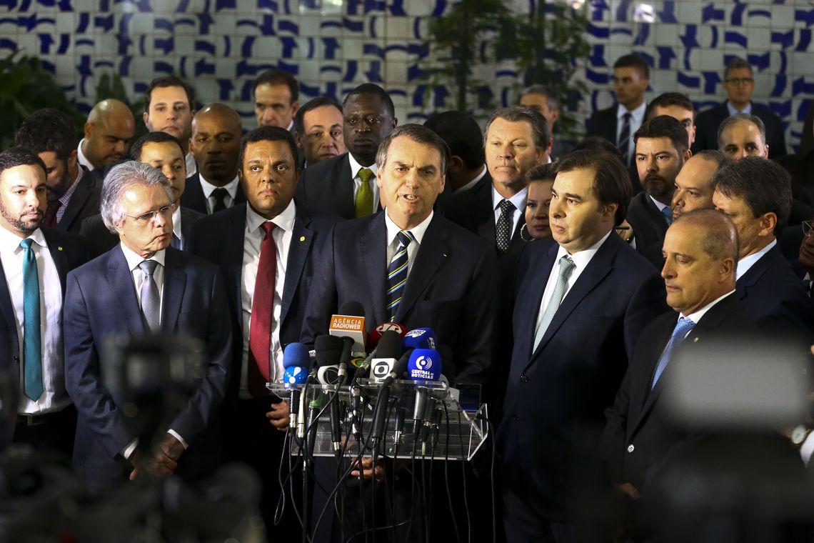 O presidente Jair Bolsonaro vai à Câmara dos Deputados para entregar ao presidente Rodrigo Maia o projeto de lei que altera as regras da carteira nacional de habilitação (CNH). Foto: Marcelo Camargo/Agencia Brasil.