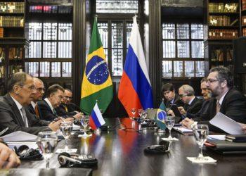 O ministro das Relações Exteriores do Brasil, Ernesto Araújo, e o ministro dos Negócios Estrangeiros da Rússia, Sergey Lavrov, durante 3ª Reunião de Ministros das Relações Exteriores do Brics, no Palácio do Itamaraty, no Rio de Janeiro