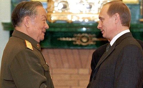 general Chi Haotian em encontro com Putin em 2000.