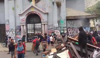 Resultado de imagem para radicais destroi igreja no chile