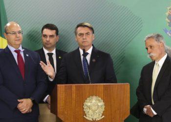 Agência Brasil: O presidente da República, Jair Bolsonaro, recebe o CEO da Liberty Media, grupo que comanda a Fórmula 1, Chase Carey, acompanhado do governador do Rio de Janeiro, Wilson Witzel, e do senador Flávio Bolsonaro, no Palácio do Planalto.