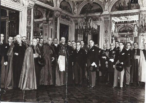Foto rara de Getúlio Vargas e o clero, com Dom Sebastião Leme, cardeal do Rio de Janeiro.