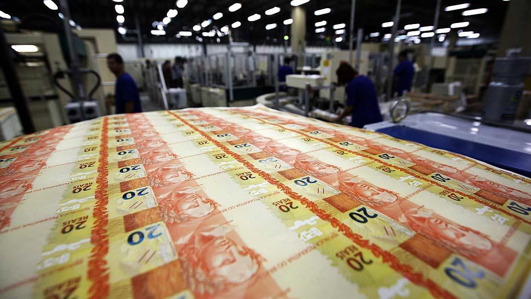 """ACOMPAÑA CRÓNICA: BRASIL MONEDA BRA16. RÍO DE JANEIRO (BRASIL), 13/09/2012.- Aspecto de la fabricación de billetes de 20 Reales hechas en la Casa de la Moneda de Brasil donde se hace todo el dinero brasileño el Real, y de otros países en el municipio de Santa Cruz en el estado de Río de Janeiro (Brasil). Fabricar a diario """"montañas"""" de dinero es la tarea de la Casa de la Moneda de Brasil, una de las empresas más antiguas del país que, impulsada por modernas tecnologías, se proyecta en el mercado latinoamericano. EFE/ Marcelo Sayão"""