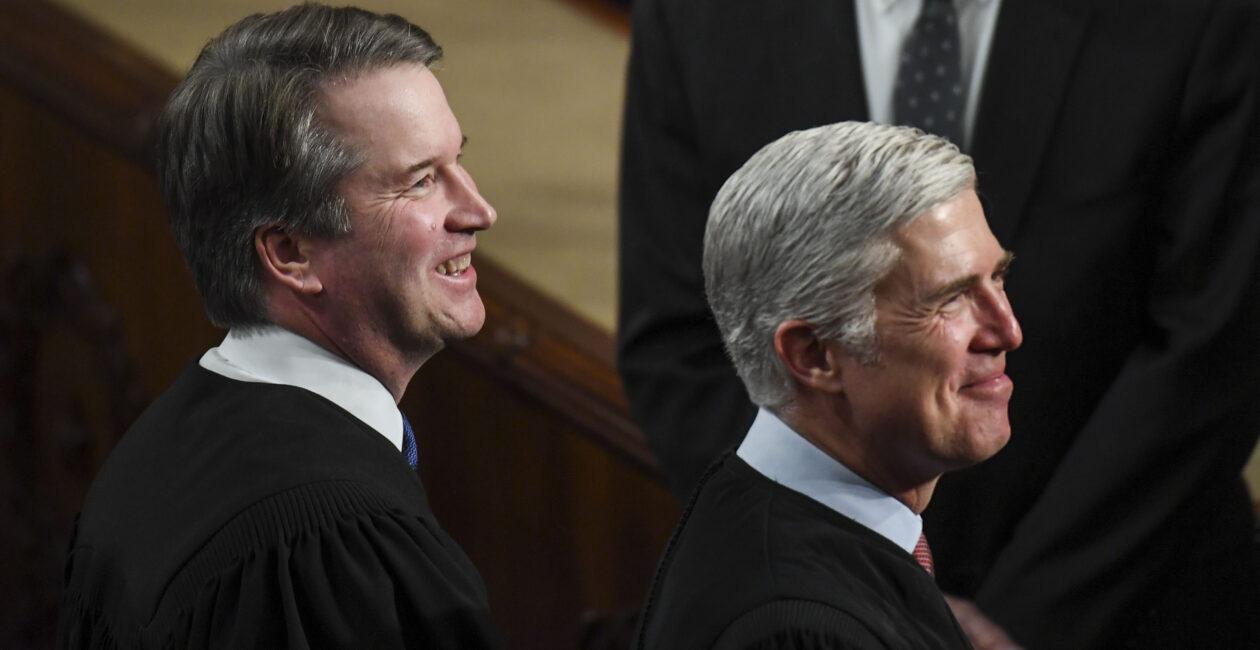 Juízes da Suprema Corte americana, Brett Kavanaugh (esq.) e Neil Gorsuch (dir.) (Photo by Toni L. Sandys/The Washington Post via Getty Images)
