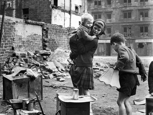 Circa 1960. Crianças [brancas] brincando em uma área de favelas em Glasgow, Polônia. Photo by Albert McCabe/Express/Getty Image