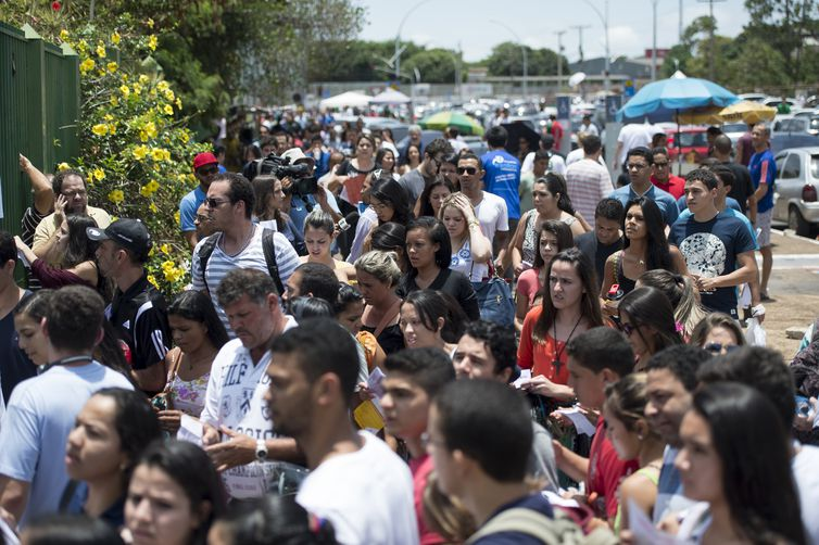 Candidatos chegam a local de provas para o primeiro dia do ENEM 2014 (Marcelo Camargo/Agência Brasil)
