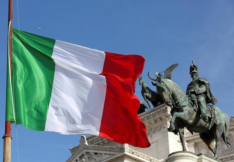 """Italia colocó su primer bono a 50 años el martes y algunos inversores apostaban a que el Banco Central Europeo pronto podría añadir deuda a tan largo plazo en su plan de compra de activos. En la imagen, una bandera italiana ondea delante del """"Altare della Patria"""" también conocido como """"Vittoriano"""" en Roma, Italia, el 23 de marzo de 2016.  REUTES/ Stefano Rellandini"""