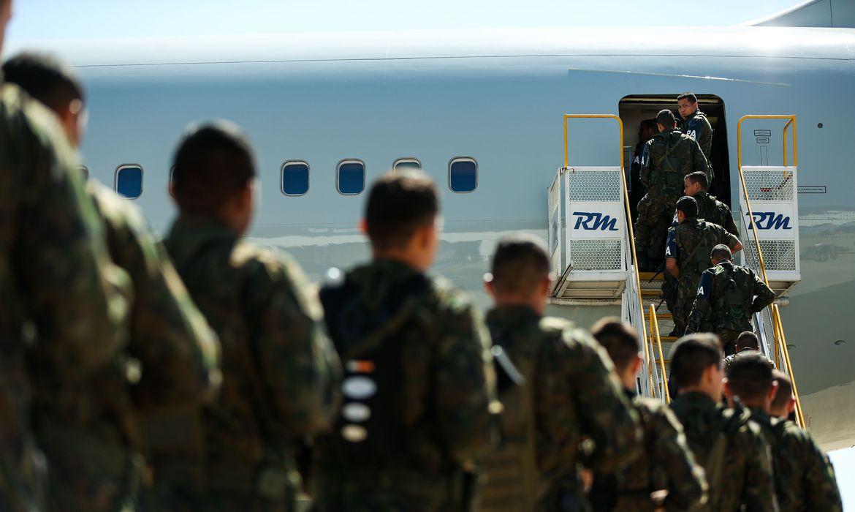 Tropas militares embarcam com destino ao Rio de Janeiro