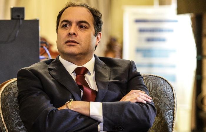 """28/03/2018 - Credito: Paulo Paiva / DP - Local - O governador Paulo Camara assina um acordo de intencoes entre o Governo de Pernambuco e o Google. Projeto """" Epaco de Aprendizagem Google""""."""