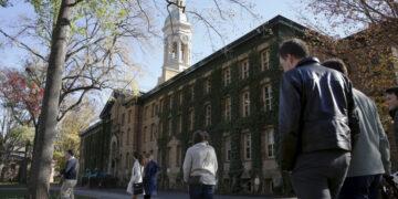 People walk past Princeton University's Nassau Hall in Princeton, New Jersey, November 20, 2015.  REUTERS/Dominick Reuter